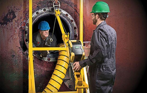 trabalhador em tunel confinado
