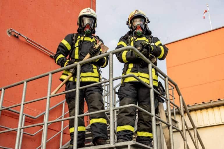 bombeiros combatendo incêndio